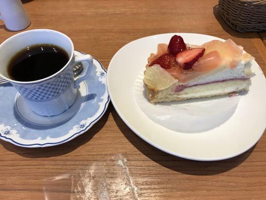 グランデュオの食事(ダッキーダックのフルーツケーキ)