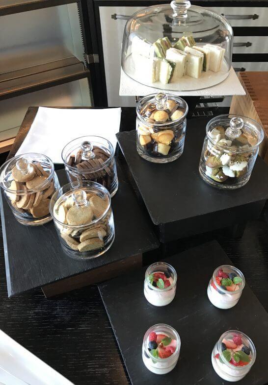 シャングリ・ラ ホテル 東京のホライゾンクラブラウンジの小菓子・フルーツムース
