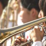 楽器を演奏する学生