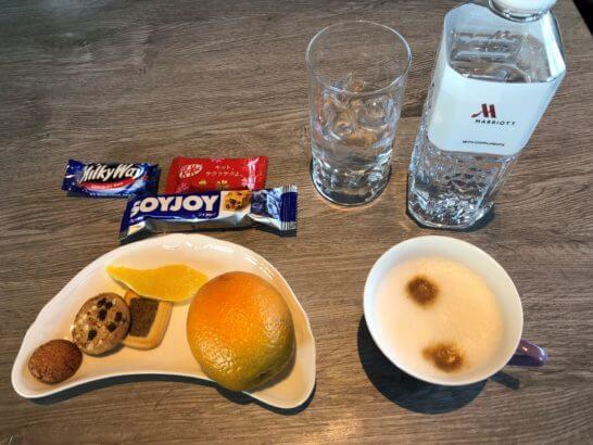 東京マリオットホテルのエグゼクティブラウンジの飲み物と食品類