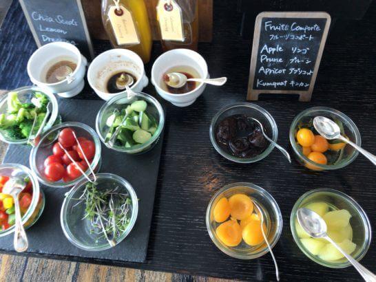 ホライゾンクラブラウンジの朝食 (ブロッコリー・ミニトマト等の野菜、フルーツコンポート)
