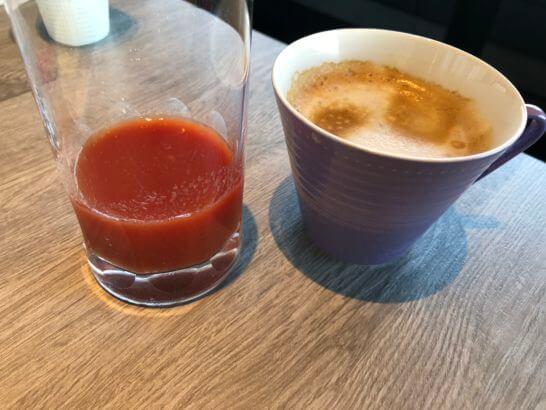 東京マリオットホテルのエグゼクティブラウンジのトマトジュースとカフェラテ