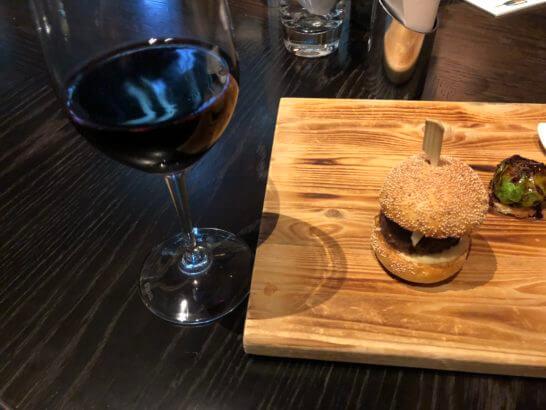 ラグジュアリーソーシャルアワーの赤ワインとフィンガーフード