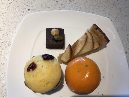 ヒルトン東京お台場のエグゼクティブラウンジのケーキ・フルーツ