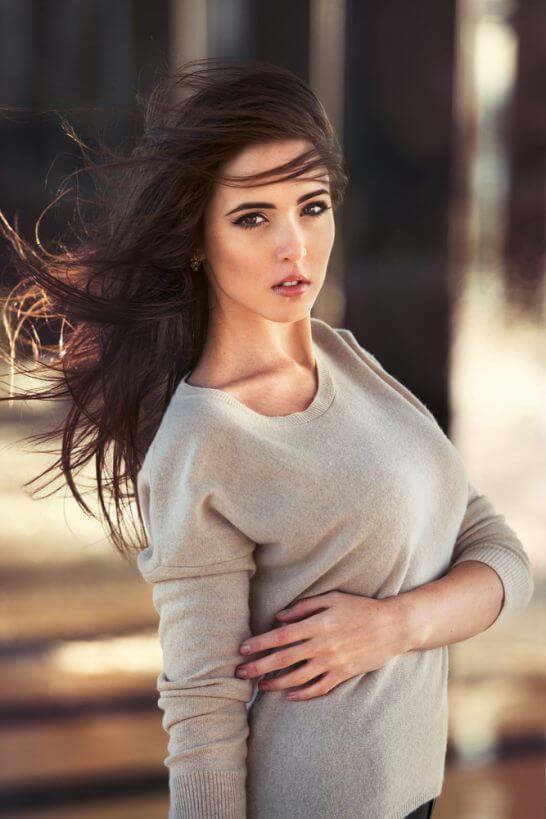 風で髪がなびく女性