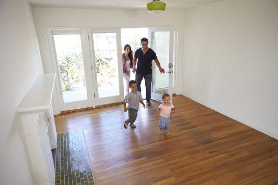 住宅に入る家族