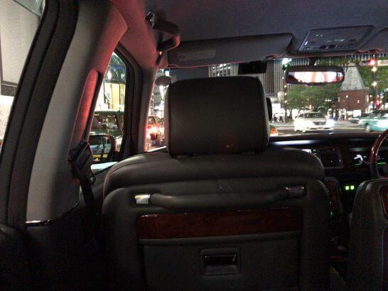 リムジンの車内
