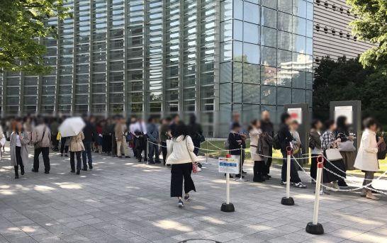 国立新美術館のチケット売り場の大行列 (1)