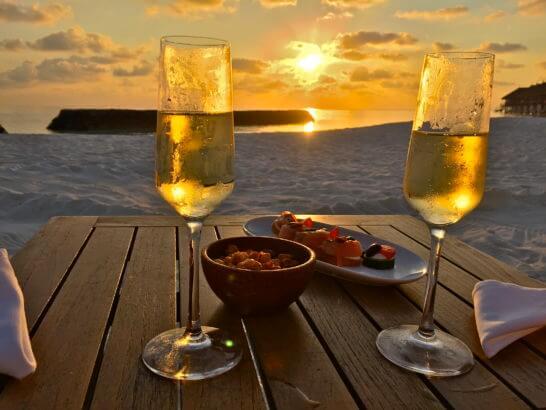 モルディブの海の前でシャンパンで乾杯