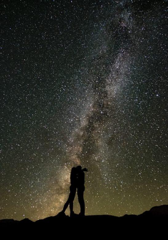 星空の下で寄り添う男女