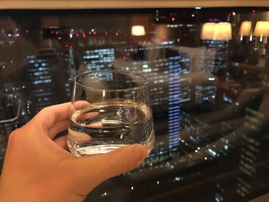 シャングリラホテル東京の客室で飲む水