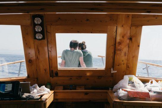 船上で寄り添うリッチな男女