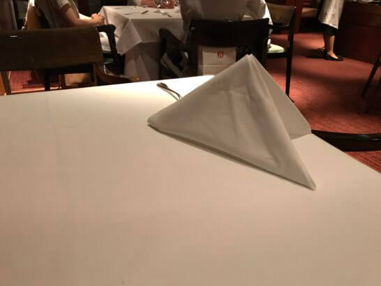 パークハイアット東京のジランドールで席を立ったらテーブルクロスを立ててくれたところ (1)