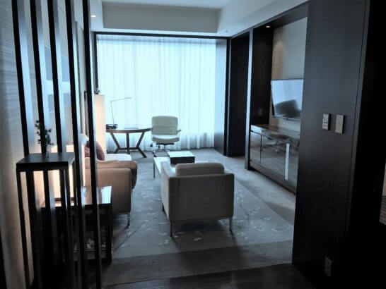 コンラッド東京のスイートルームのソファーフロア