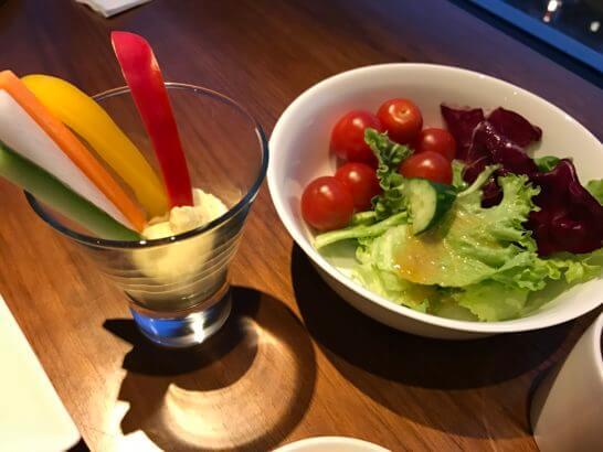 グランドハイアット東京のクラブラウンジのサラダ・スティック野菜(カクテルタイム)