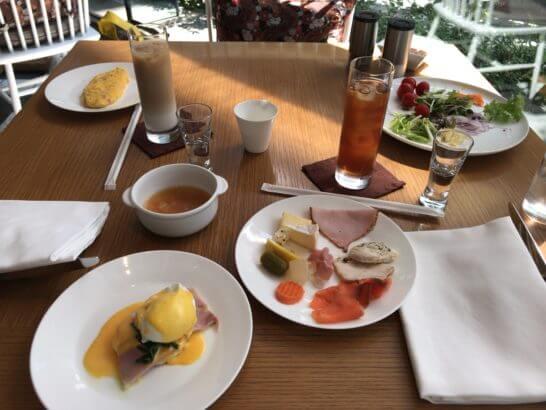 パレスホテル東京のグランド キッチンの朝食テーブル