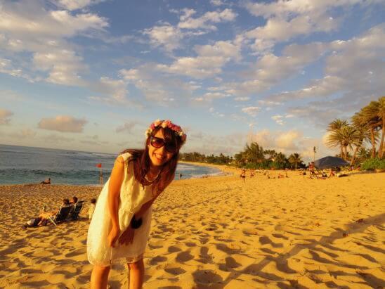 海外リゾートのハワイで写真を撮る女性