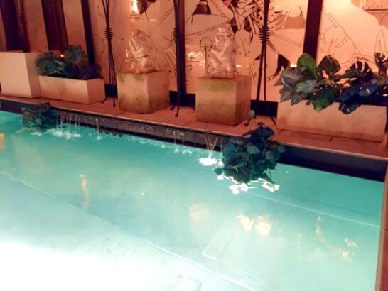 海外リゾートホテルのプール