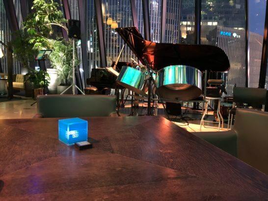 アメックスの銀座ラウンジのJAZZライブの楽器とテーブル