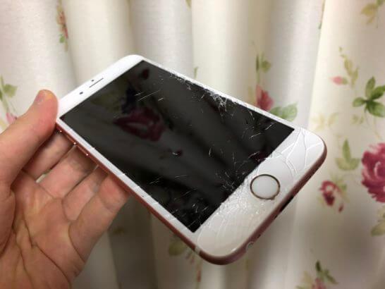 画面が割れて大きなヒビが入ったiPhone (2)