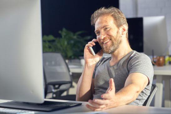 電話する男性