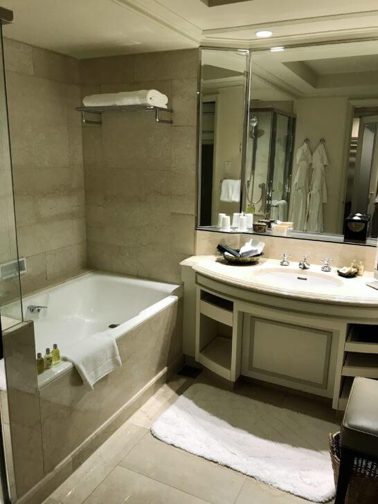 椿山荘のスイートルームのバスルーム