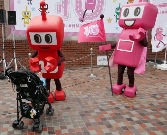 PASMOのロボットと子供の握手