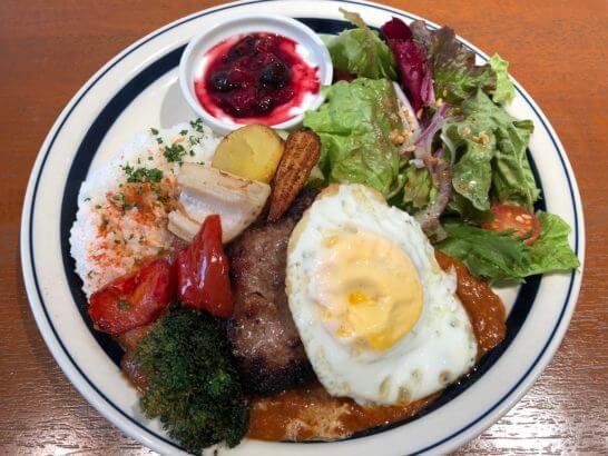 signの季節野菜カレー・ハンバーグとフライエッグのトッピング