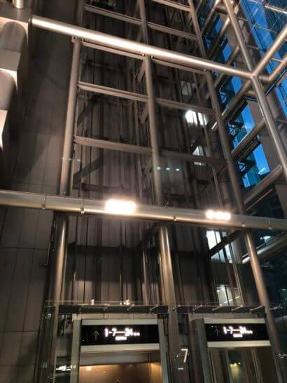 SBI証券のオフィスのエレベーター(夜)