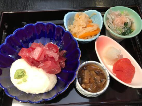 フルーツパーク富士屋ホテルの和朝食(マグロ・明太子・おひたしなど)