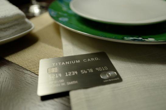 皿の横に置いたラグジュアリーカード(チタンカード)