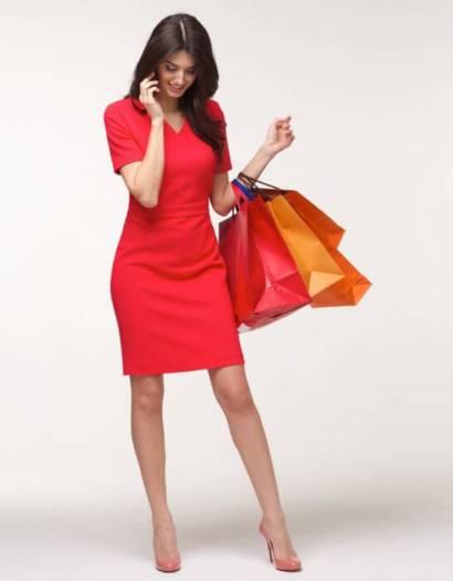 ショッピングした紙袋を持つ女性