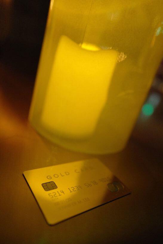 キャンドルの側に置くラグジュアリーカード(ゴールドカード)