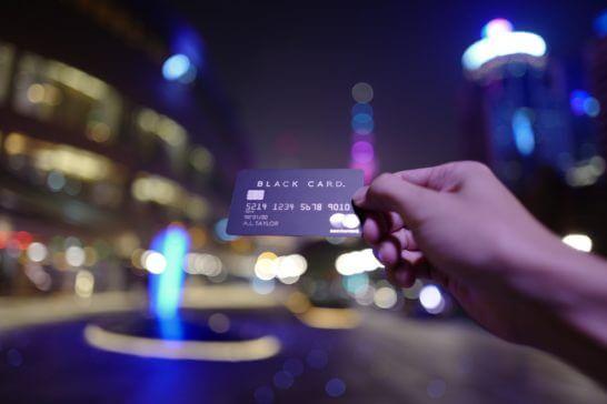 ラグジュアリーカード(ブラックカード)を差し出す手 (2)