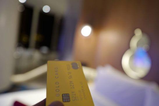 ラグジュアリーカード(ゴールドカード)を差し出す手 (2)