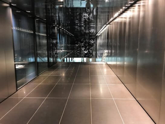 東京メトロの駅の入り口(銀座アルマーニタワーの地下)