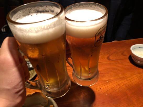 居酒屋にてビールで乾杯