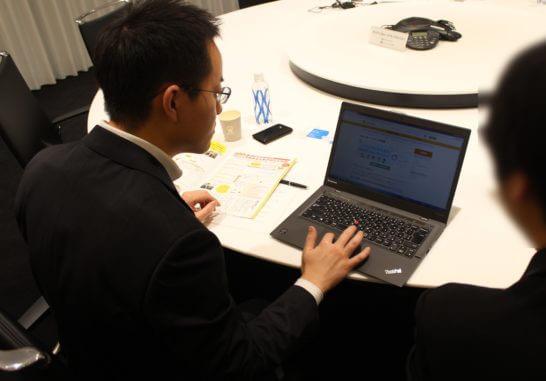 パソコンの画面を見ながらiDeCoのツールについて説明するマネックス証券 清野さん
