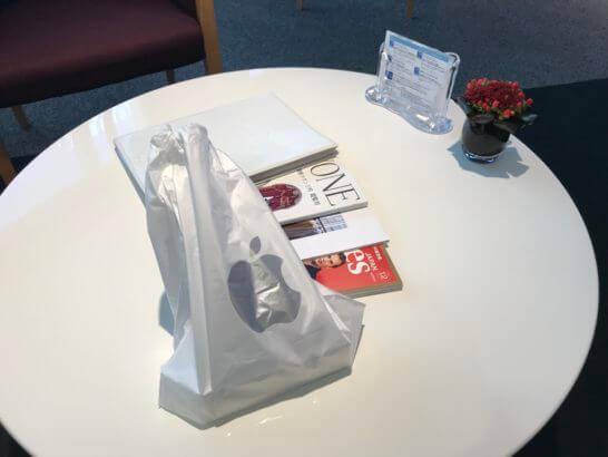 ダイナースクラブ銀座ラウンジのテーブルに乗せたiPhone X