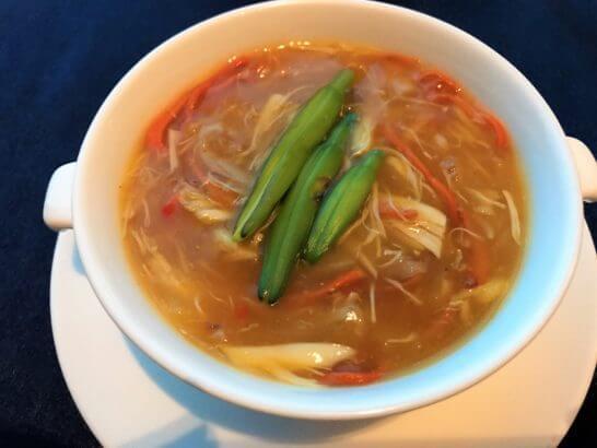 チャイナブルーの蟹肉、魚の浮き袋、夏草花いり濃厚黄湯スープ