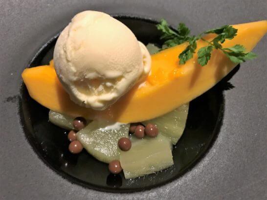 パパイヤとアイスクリーム種に見立てたチョコレートと共に