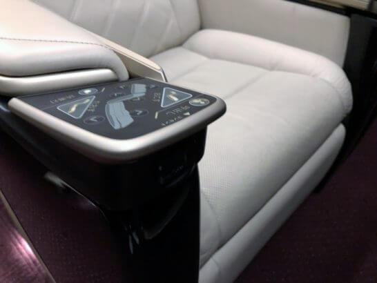 グランクラスの席の充電コンセと