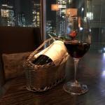 ラグジュアリーソーシャルアワーの赤ワイン(シャトー・シュヴァル・ブラン 1995)のグラスとボトル