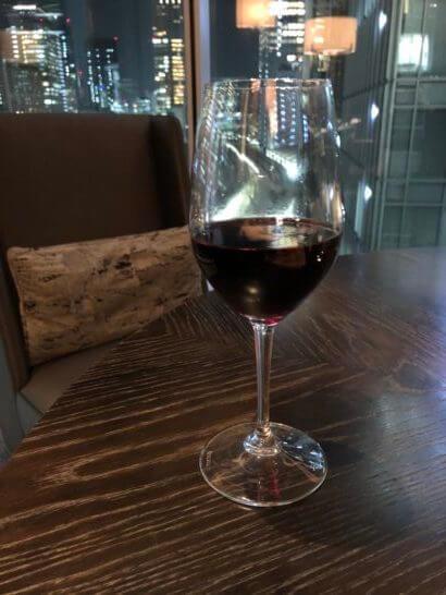 ラグジュアリーソーシャルアワーの赤ワイン(シャトー・シュヴァル・ブラン 1995)のグラス