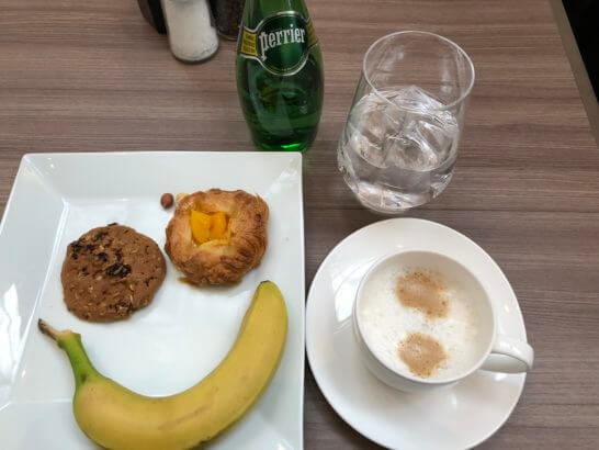 琵琶湖マリオットホテルのラウンジのカプチーノ・パン・クッキー・バナナ