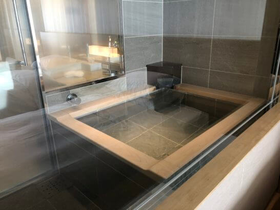 富士マリオットホテルの客室内のバスルーム(温泉)