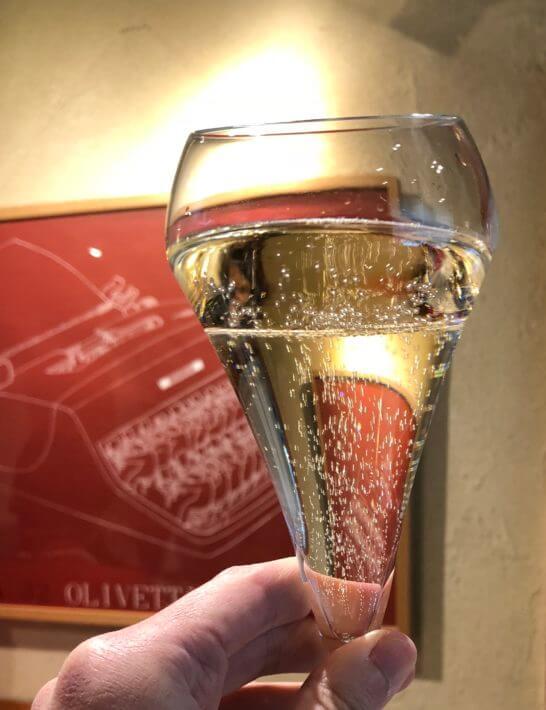 レストランでのグラスシャンパン