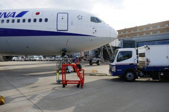 到着した飛行機のエンジンを止める作業