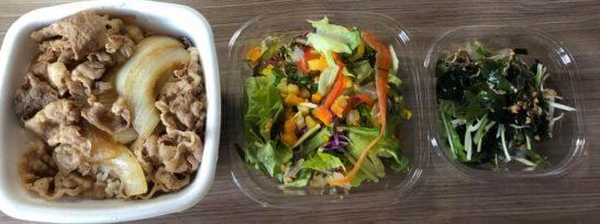 吉野家の牛丼とアール・エフ・ワンのサラダ