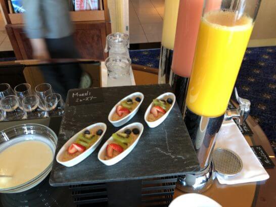 ウェスティン・エグゼクティブ・クラブラウンジの朝食 (ミューズリー・ヨーグルト・ジュース)